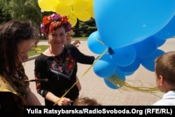Ганна Счасна-Гарус з дітьми на пікеті на захист української мови біля ОДА. Дніпро, 2017 рік