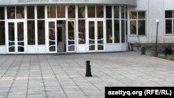У административного здания в городе Шымкенте. Иллюстративное фото.
