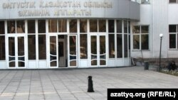 Собака сидит перед зданием акимата Южно-Казахстанской области в Шымкенте. Фото автора.