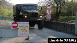 Chișinău: Un camion al Armatei Naționale aduce militari pentru a amenaja centrul de triere pentru bolnavii de Covid-19 la la Centrul expozițional Moldexpo, 3 aprilie 2020