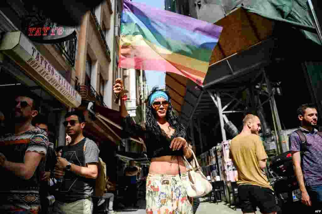 Чтобы избежать столкновений с националистами и религиозными активистами, власти города запретили мирное шествие, но представители стамбульской Ассоциации солидарности ЛГБТ отказались подчиниться