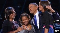 АҚШ президенті Барак Обама мен оның отбасы сайлаудағы жеңісіне қуанып тұр. Чикаго, 7 қараша 2012 жыл.