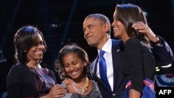باراک اوباما همراه خانواده اش، لحظاتی پس از سخنرانی پیروزی خود در انتخابات ریاست جمهوری آمریکا