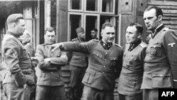 Йозеф Менгеле (другий зліва), відомий як «янгол смерті», був причетний до масових вбивств євреїв і здійснював медичні експерименти над дітьми