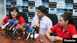 Armenia - The chairman of the Armenian Paralympic Committee, Hakob Abrahamian (C), and Paralympic athletes Greta Vartanian and Margarita Hovakimian at a news conference in Yerevan, 21Aug2012.