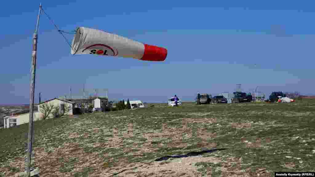 База парапланеристов – на обращенном к Коктебелю юго-восточному краю Узун-Сырта