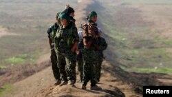 گروهی از اعضای یپگ در نزدیکی مرز عراق و سوریه