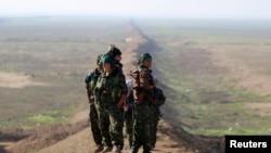 Женщины-бойцы курдского и езидского ополчения под Синджаром (северо-запад Ирака)