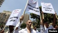 مصريون يؤيدون المجلس العسكري