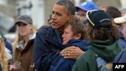 """Барак Обама осебдидагони тӯфони """"Сэнди""""-ро дилбардорӣ мекунад."""