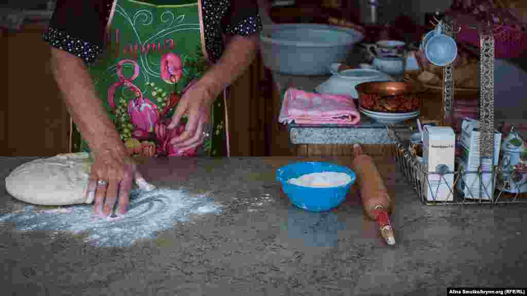 «Qırımtatar Milliy Meclisi bugün saylavlarnı boykot ete. Bizge ev işlerini baqmağa, qorantalarımıznen olmağa, lezzetli yemekler pişirmege buyurdılar», – dep ayttı Safinar Cemileva.