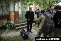 Мікалай Статкевіч каля свайго дому а 13-й гадзіне перад выездам у цэнтар Менску