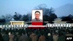 Люди скорбят о кончине Ким Чен Ира. Северная Корея, 24 декабря 2011 года.