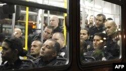 Полицајци од Лос Анџелес во автобус чекаат на почеток на акцијата за растерување на демонстрантите.