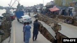 Разрушенная в результате землетрясения дорога в администрируемой Пакистаном части Кашмира. 24 сентября 2019 года.
