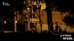 На знятому відео видно, що територія добре освітлена, у вікнах будинку горить світло, а біля паркану чатують охоронці