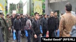 Освобожденные по амнистии заключенные тюрьмы в Душанбе. Иллюстративное фото.