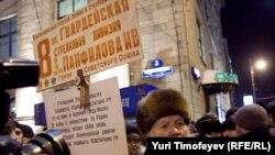 """Один из участников акции """"Стратегии - 31"""" на Триумфальной площади в Москве"""