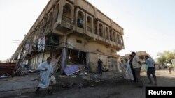 آثار تفجير قنبلة قرب بناية في حي الشعلة ببغداد