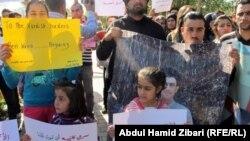 عدد من المعتصمين الكرد السوريين امام برلمان الاقليم