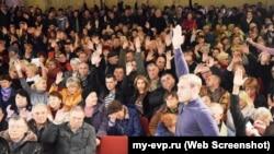 Андрій Філонов голосує за продовження видобутку піску на Донузлаві на громадських слуханнях в Мирному, 2 грудня 2018 року