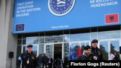 Pripadnici Evropske agencije za graničnu i obalsku stražu (Frontex) u Tirani pred početak misije na granici između Albanije i Grčke