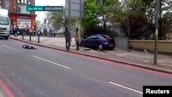 لندن: په دغه ویډيو تصویر کې هغه دوه کسان ښکاري چې څنګ ته پروت تن یې په چړو ووژلی.