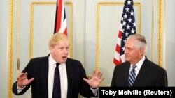 رکس تیلرسون (راست) وزیر امور خارجه امریکا همراه با بوریس جانسون، همتای بریتانیاییاش.