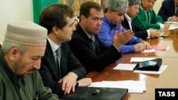 Ахмад Абдулаев, дагестанский муфтий (на первом плане)