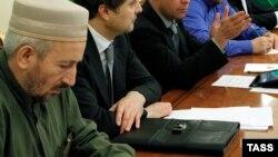 Председатель Центрального духовного управления мусульман Дагестана Ахмад Хаджи Абдулаев (на первом плане)