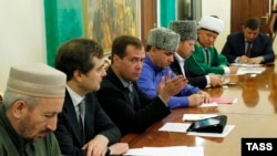 Akhmad-hadji Abdulayev (left), chairman of Daghestan's Spiritual Board of Muslims (file photo)
