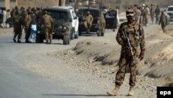 Сили безпеки Пакистану оглядають місце вибуху бомби в місті Чама, 21 листопада 2016 року