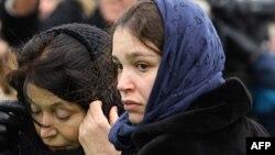 Жанна Нємцова (у синій хустці) під час прощання з батьком на Троєкуровському цвинтарі Москви, 3 березня 2015 року