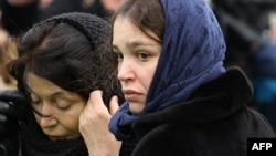 Zhanna Nemtsova, daughter of Russian opposition leader Boris Nemtsov, near her father's grave during a burial ceremony at Moscow's Troekurovskoye cemetery on March 3