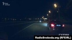 Mercedes зупинився на повороті аби авто знімальної групи проїхало вперед