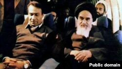 Sadegh Ghotbzadeh (L) next to Ayatollah Rouhollah Khomeini sitting in the chartered plane flying back to Iran Feb. 1, 1979.
