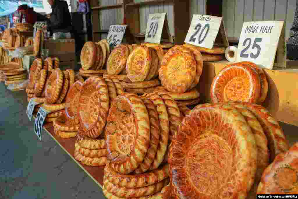 Kyrgyzstan - Bishkek - market, floor, bazaar, generic, Osh bazaar, Osh market, bazar, bread, undated