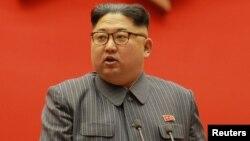 Ким Чен Ын Пхеньяндагы партиялык жыйында. 23-декабрь, 2017-жыл.