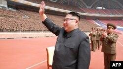 Ким Чен Ын приветствует военнослужащих в Пхеньяне. Фото северокорейского информационного агентства KCNA. 19 мая 2017 года.