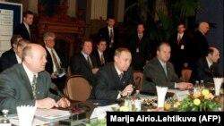 (Слева направо) министр финансов России Михаил Фрадков, премьер-министр Владимир Путин и члены делегации Василий Лихачев и Владимир Рушайло сидят за столом переговоров во время саммита Россия-ЕС в Хельсинки, 22 октября 1999 года