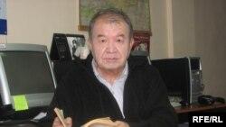 """Акын Шайлообек Дүйшеев """"Азаттык"""" үналгысынын Бишкек бюросунда."""