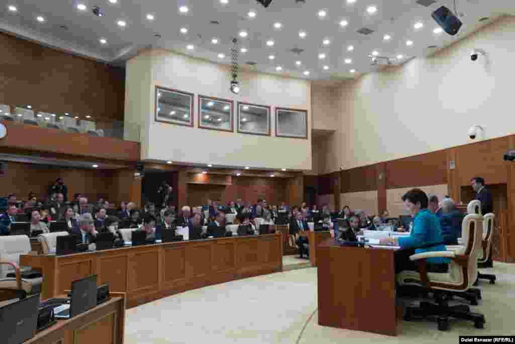 Министр по инвестициям и развитию Казахстана Женис Касымбек выступает перед депутатами нижней палаты. Астана, 5 сентября 2018 года.