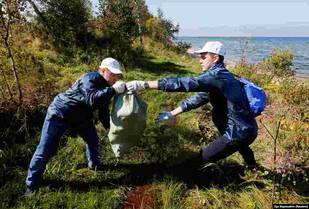 Everyday trash has also historically been a problem in the lake, though volunteer cleanup efforts (pictured) and a changing attitude to littering have helped restore it.