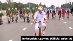 Президент Туркменистана Гурбангулы Бердымухамедов во время велопробега, в качестве самого массового, вошедшего в Книгу рекордов Гинесса, 1 июня, 2018