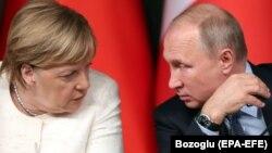Almaniya kansleri Angela Merkel (solda) və Rusiya prezidenti Vladimir Putin. Foto arxivdəndir