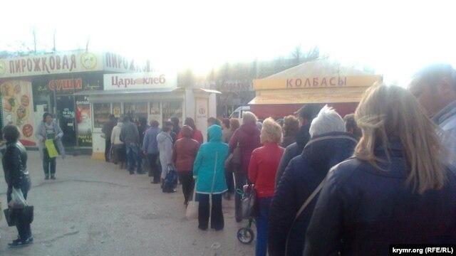 Очередь за хлебом в Севастополе, 22 ноября 2015 г.