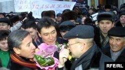Қазақстанның демократиялық қауымдастығы түрмеден шыққан Ғалымжан Жақияновты қарсы алды. Алматы, қаңтар 2005 жыл.