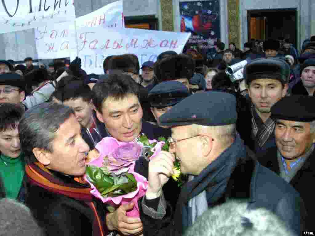 Оппозиция жетекшісі Ғалымжан Жақиянов түрмеден босап шыққанда оны вокзалдан қарсы алғандар арасында Алтынбек Сәрсенбайұлы да болған еді. Алматы, 15 қаңтар 2006 жыл.