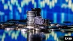 Впервые с декабря 2014 года курс упал ниже 75 рублей за доллар.