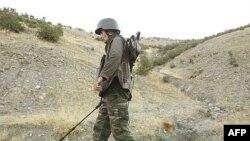 Иракпен шекараға жақын жолда минаның бар-жоғын тексеріп жүрген түрік армиясының сарбазы. Көрнекі сурет.